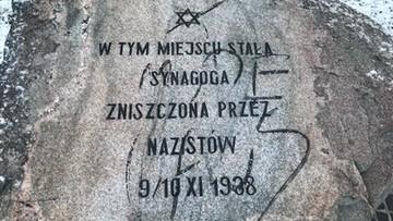 """Napis """"Jude raus"""" na obelisku upamiętniającym synagogę. Policja szuka sprawcy"""