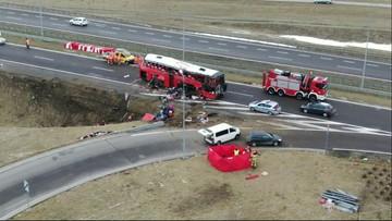 Autokar wypadł przez barierki. Pięć osób nie żyje, kilkadziesiąt rannych