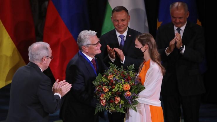 Wręczenie nagrody byłemu prezydentowi Niemiec przez Andrzeja Dudę