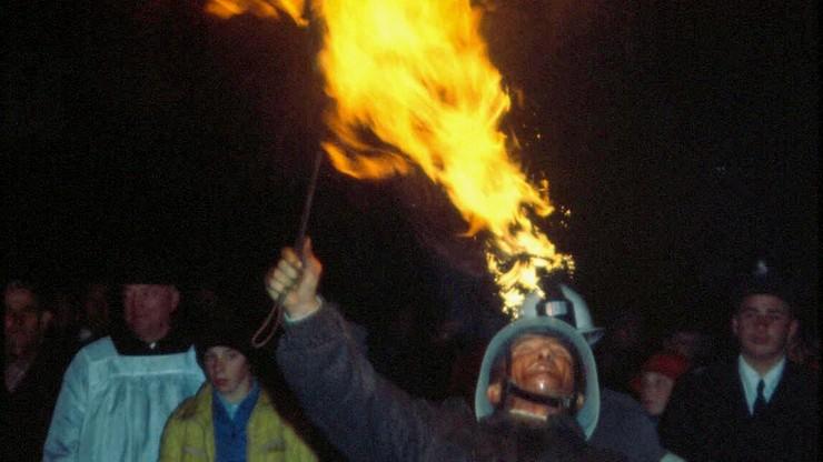 Strażacy plują naftą, słupy ognia na dwa metry. Zwyczaj trafił na listę UNESCO