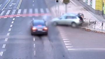 Groźny wypadek na skrzyżowaniu. Kierowca zignorował czerwone światło