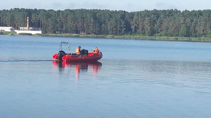 Wędkarze znaleźli nad jeziorem ubrania dziecka. Strażacy zakończyli akcję ratowniczą