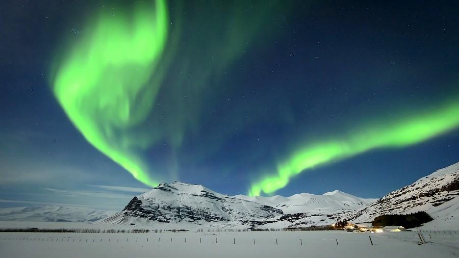 Czerwono-zielona zorza polarna. Fot. Pixabay.