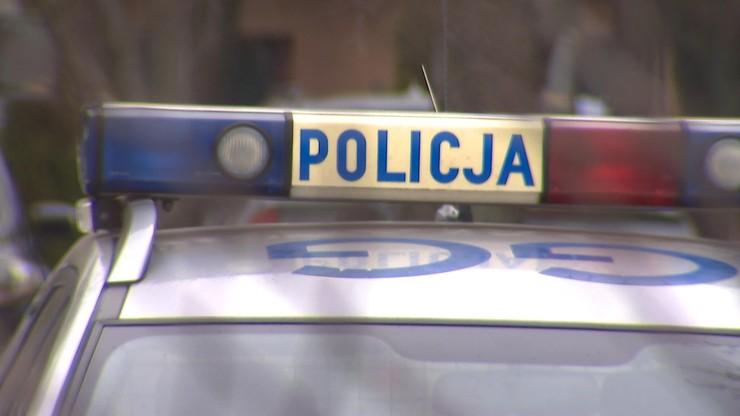 Zwłoki mężczyzny przed domem. Policja zatrzymała pijane małżeństwo