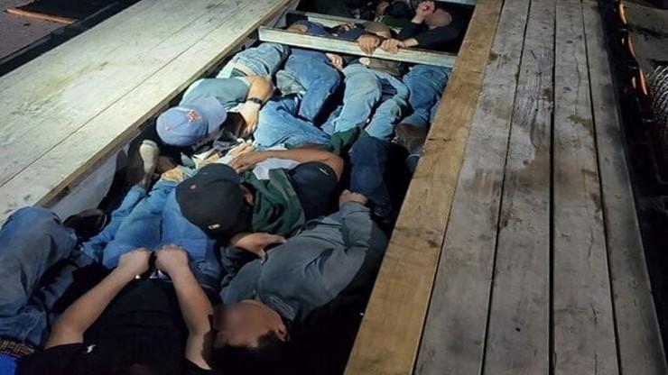 Szok na amerykańskiej granicy. Nielegalni imigranci ukryci w podłodze naczepy
