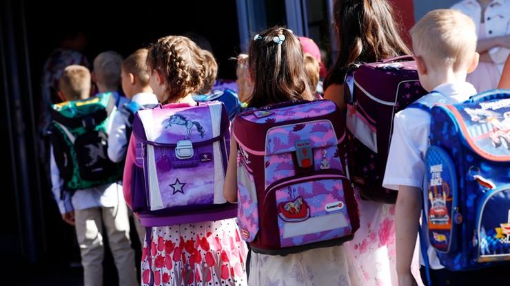 Wydalenie ucznia ze szkoły za brak maseczki w klasie. Surowe prawo w niemieckim landzie