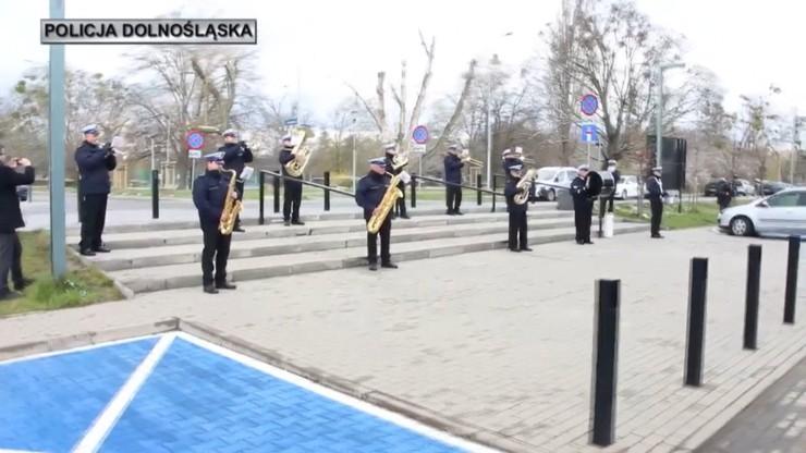 Policjanci zagrali koncert przed szpitalem dla dzieci [WIDEO]