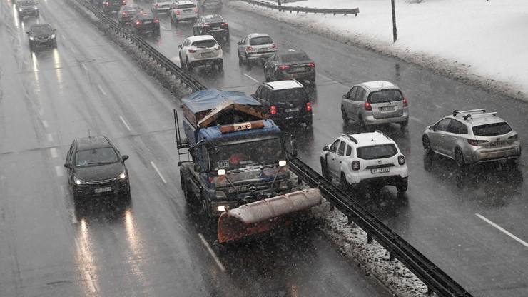 Warszawa przygotowuje się na atak zimy. 170 pługosolarek wyjechało na ulice