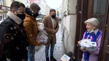 Wolontariusze z podarunkami dla Powstańców. Pomagał Tomasz Komenda