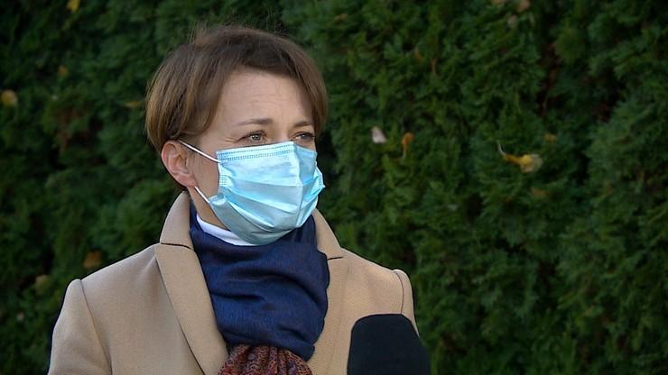 Jadwiga Emilewicz jako wolontariuszka Basia. Posłanka pomaga w punkcie szczepień