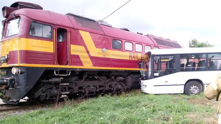 Pociąg uderzył w autobus. Dwoje dzieci zabrano do szpitala