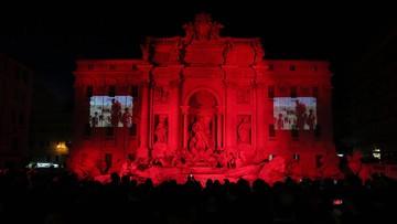 Rzymska fontanna di Trevi oświetlona na czerwono ku czci męczenników