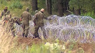Uchodźcy 13. dzień koczują przy polskiej granicy. Trwa konstruowanie zasieków