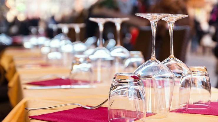 Rejestracja klientów restauracji. Pomysł brytyjskiego rządu na powrót po lockdownie