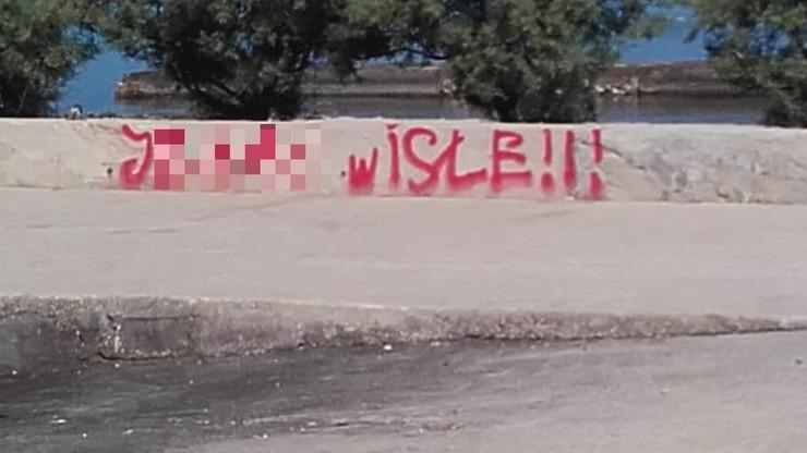 """""""KKS Sandecja"""" i """"J*** Wisłę"""". Polacy po wakacjach w Chorwacji zostawili """"pamiątkę"""""""