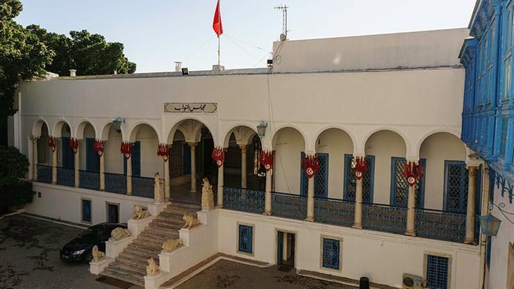 Mężczyzna ranił nożem dwóch policjantów przed parlamentem w Tunisie