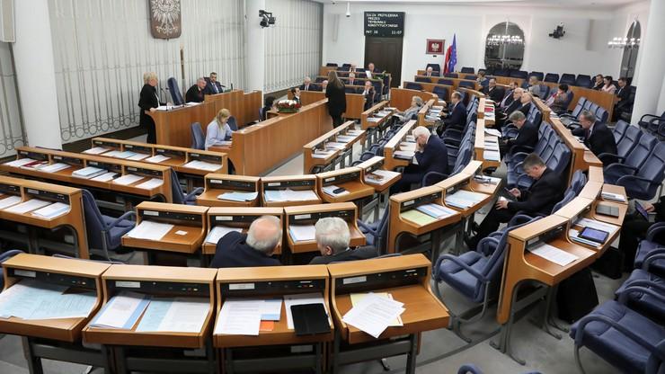 Senat chce się promować kijkami do selfie i pelerynami przeciwdeszczowymi