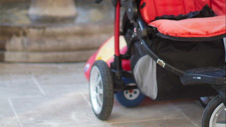 Dwumiesięczne niemowlę wypadło z wózka. Wiozła je pijana matka