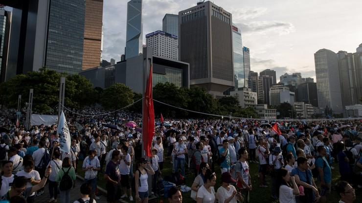 """""""Dziękujemy"""". Ponad 50 tys. osób na wiecu poparcia dla policji w Hongkongu"""