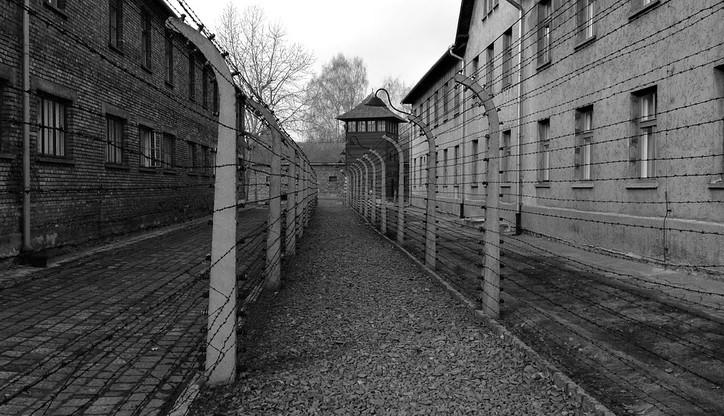 Były strażnik z Auschwitz zdolny do odbycia kary więzienia - orzekł sąd. Ma 96 lat