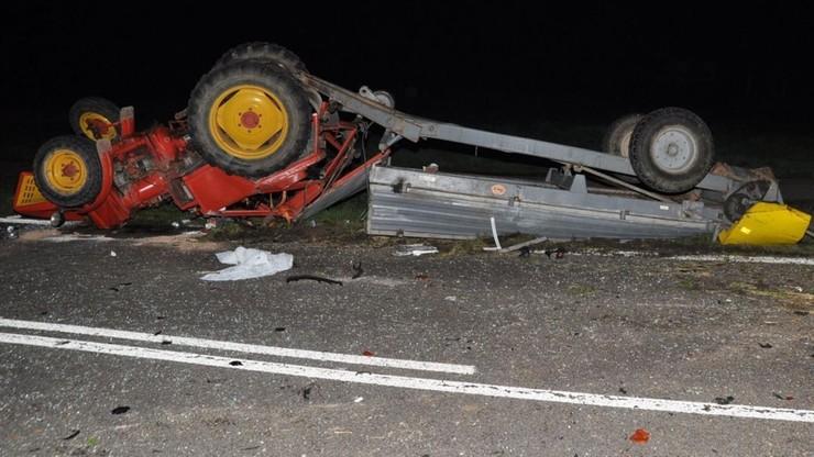 Lubelskie. Wypadek trzech aut osobowych i traktora. Pojazdy do kasacji, pięć osób w szpitalu
