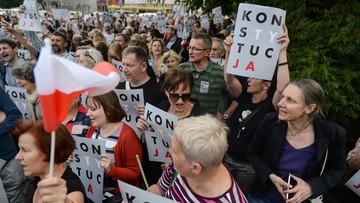 """""""PiSie, PiSie, nie masz racji, nie zabijesz demokracji"""". Strajki kobiet przeciwko reformie sądownictwa w 25 polskich miastach"""