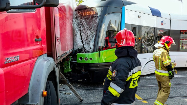 Szczecin. Zderzenie tramwaju i ciężarówki. Motorniczy zakleszczony w pojeździe