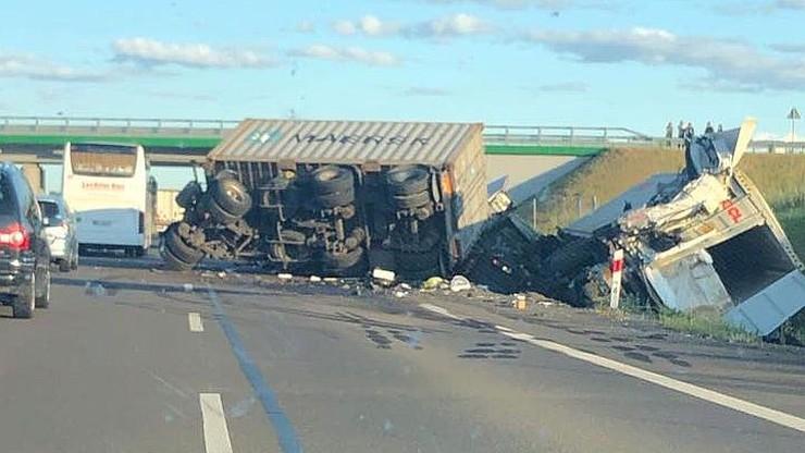 Zderzenie ciężarówek na trasie S7. Jedna przewrócona, druga w rowie