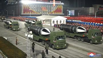 Korea Północna pręży muskuły. Zorganizowała wojskową paradę