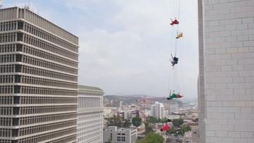 """""""La La Land"""" kilkadziesiąt metrów nad ziemią. Tancerze zawiśli na linach"""
