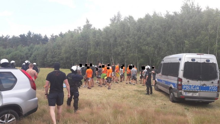 Mieli rękawice do walk i kastety. Twierdzili, że przyjechali do lasu na trening... piłki nożnej