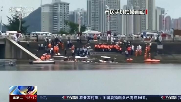 Autobus wpadł do jeziora w Chinach. Co najmniej 21 ofiar