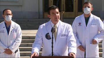"""""""Wysoka gorączka, spadek poziomu nasycenia tlenem"""". Lekarze o chorobie Trumpa"""