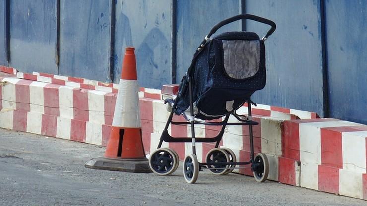 W Warszawie pijana matka opiekowała się dwojgiem dzieci. Dziecko wypadło z wózka