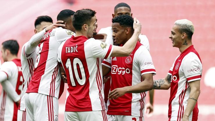 Ajax Amstedam przypieczętował mistrzostwo. Kibice świętowali przed stadionem (ZDJĘCIA)