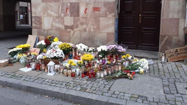 Toruń: znicze przed biurem PiS i siedzibą Radia Maryja. Protestujący zostawili nekrolog