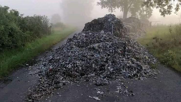 Tony śmieci wysypane na drogę powiatową. Hałda zablokowała ruch