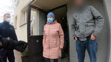 Bezdomny syn wdziera się do jej mieszkania