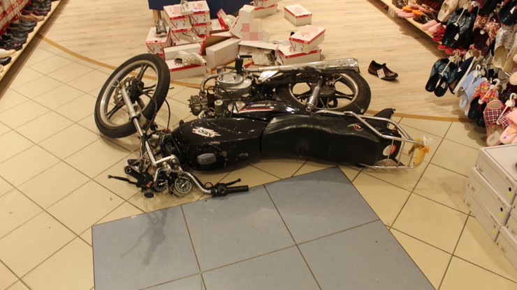 Wjechał kradzionym motorowerem do sklepu. Był wcześniej karany [ZDJĘCIA]