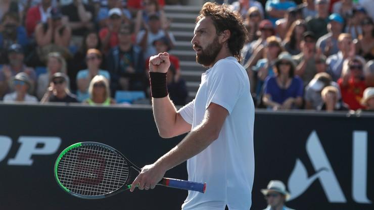 Australian Open: Gulbis mimo kłopotów z butami odnosi sukcesy
