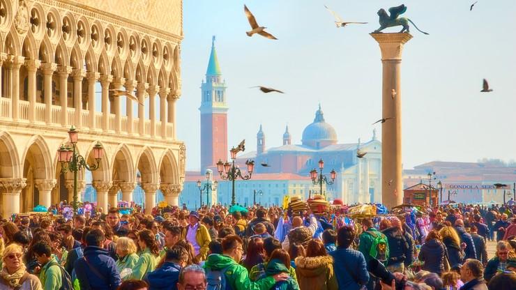 """""""Depczą, obijają się o siebie"""". Włosi chcą się ratować przed turystami"""