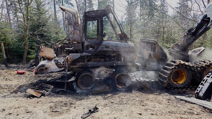 """Spłonęły maszyny leśne. Do podpalenia przyznał się """"Zielony Front"""". Wyznaczono nagrodę: 20 tys. zł"""