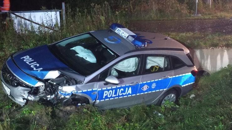 Małopolskie. Kierowca zderzył się z policyjnym radiowozem i uciekł z miejsca wypadku