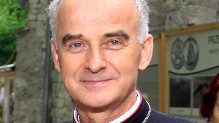 """Biskup miał wypadek rowerowy w trakcie Rodzinnej Majówki Rowerowej. """"Z uśmiechem wsiadał do karetki"""""""