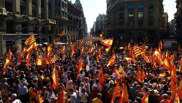 """""""Wystarczy. Odzyskajmy mądrość"""". Manifestacja w Barcelonie przeciwko odłączeniu Katalonii od Hiszpanii"""