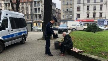 Bezdomny nie miał butów na zimę. Policjant oddał mu swoje