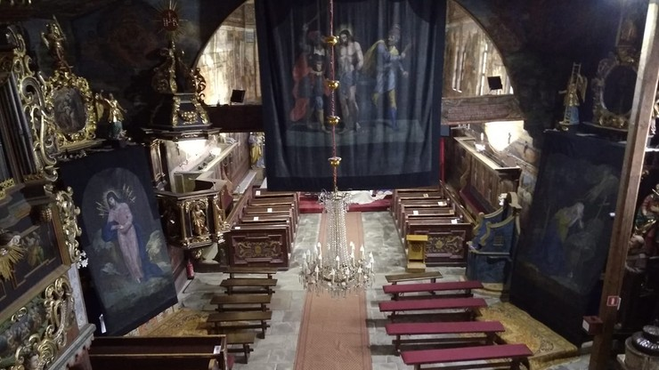 Kładą opony na ołtarze zabytkowego kościoła w Polsce. Tydzień na obejrzenie światowego fenomenu