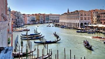"""""""Uwaga na nogi, mam wózek!"""".  Kolejny protest przeciw najazdowi turystów na Wenecję"""