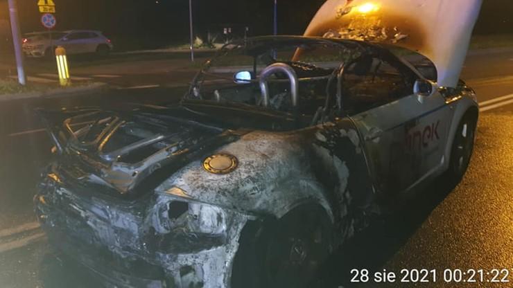 Warszawa. Pożar sportowego audi z wypożyczalni. Kierowca jechał 170 km/h
