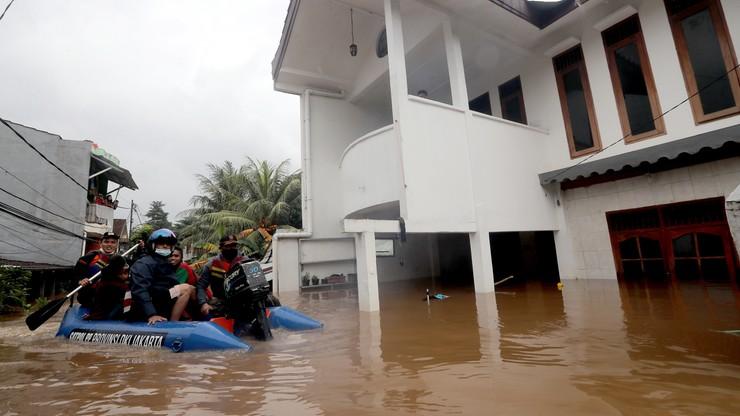 """Powódź w Indonezji. Woda """"porywała"""" auta"""